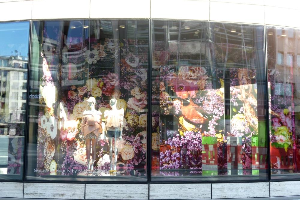 Schaufenster-Deko Deko-Kunst im Frühling Düsseldorf Breuniger