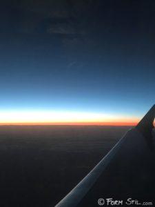 Flugzeug über den Wolken fliegen Himmel
